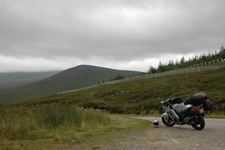 Moto et colline des Highlands